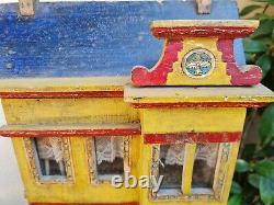 Maison de poupées ancienne avec des meubles